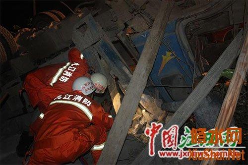 农用车侧翻 车斗内两工人被货物压致重伤
