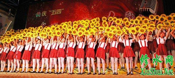 县二中演唱《跨世纪的新一代》和《我们的田野》